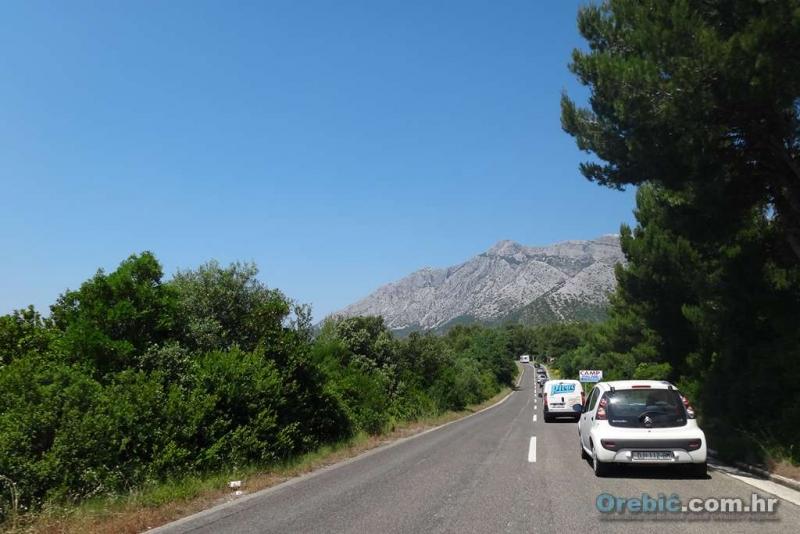 Kolona automobila na ulazu u Orebić - lijep prizor za promjenu :)