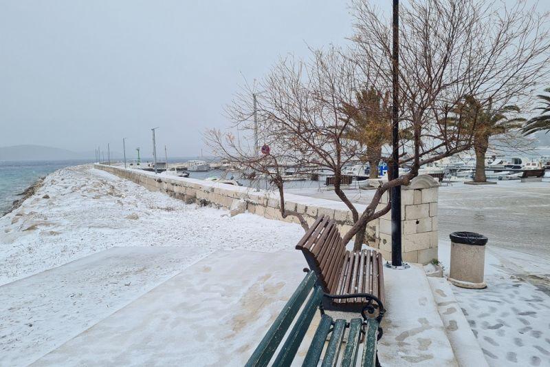 Snijeg se jutros 'primio' i na samoj obali mora