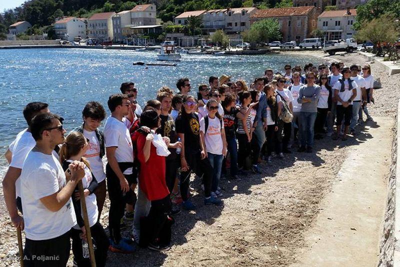 Dio volontera na akciji čišćenja plaža u Trsteniku
