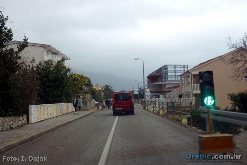 Još neko vrijjeme povremeno ćete stati na semaforu kraj zgrade OŠ Orebić
