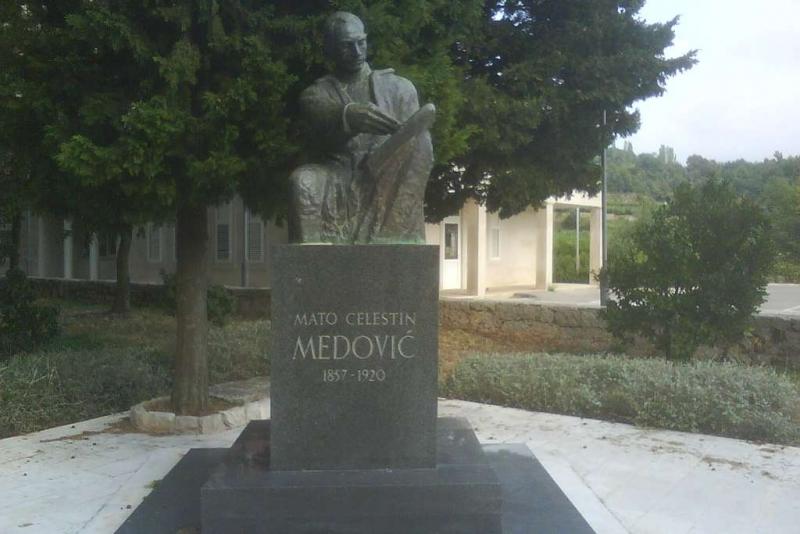 Spomenik Matu Celestinu Medoviću u perivoju u Kuni koji nosi njegovo ime