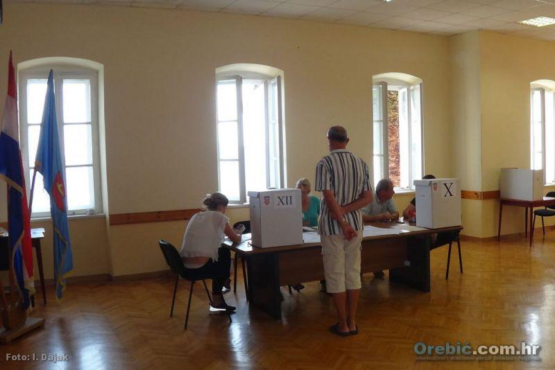S biračkog mjesta u zgradi Općine Orebić