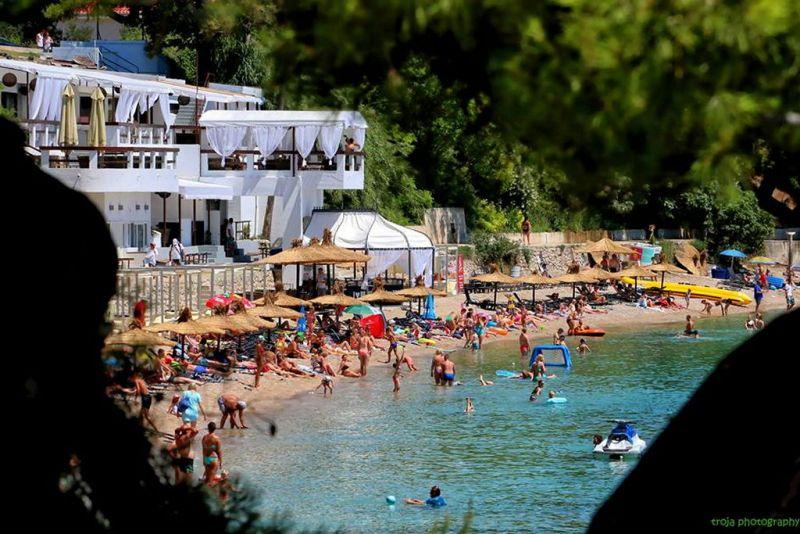 Ilustracija: Plaža Trstenica u jeku (prošle) sezone