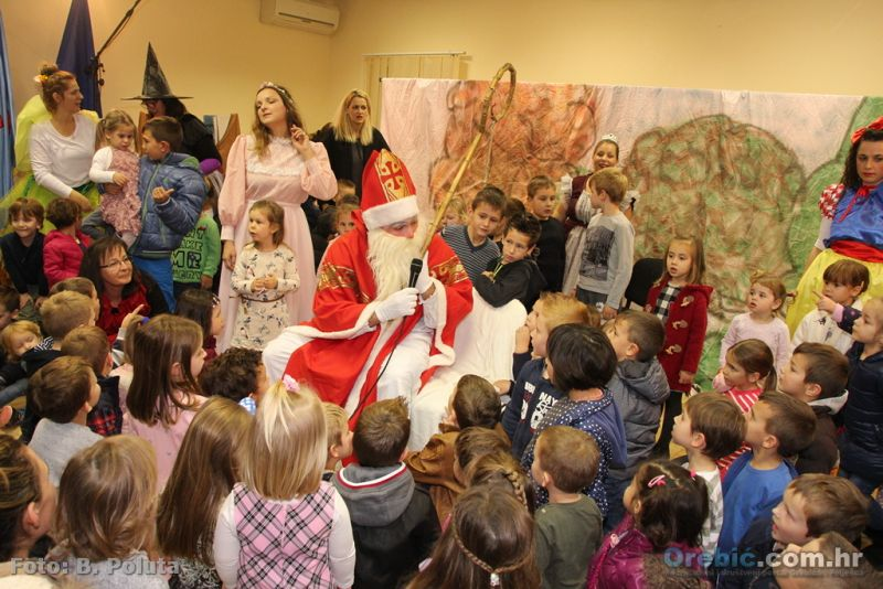 Sv. Nikola s orebićkim mališanima