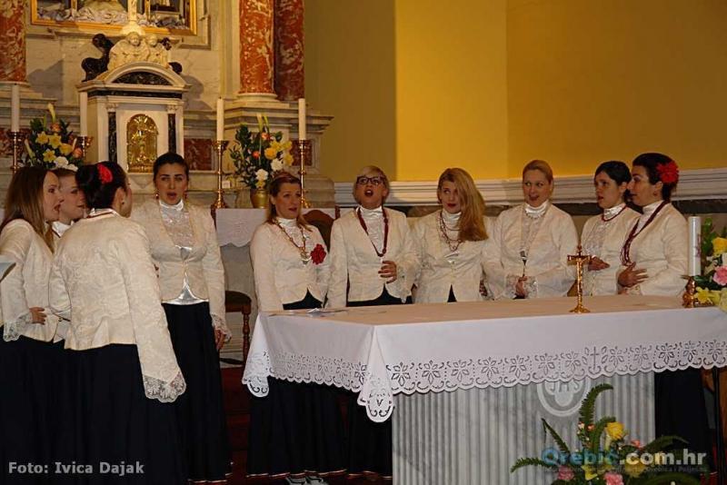 Klapa Nava pred oltarom u 'Pomoćnici'