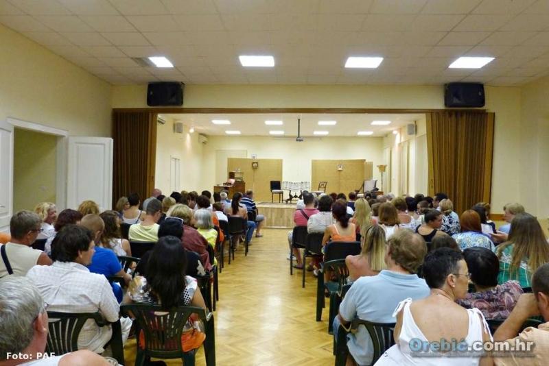 Orebićani i turisti nagradili su goste dobro popunjenom dvoranom
