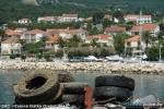 Dio izronjenog otpada pred lučicom u Orebiću