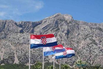 Hrvatski barjaci na rivi u Orebiću