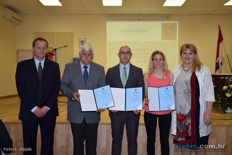 Dobitnici nagrada s načelnikom i predsjednicom OV