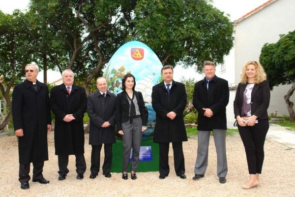 Pred crkvom u Orebiću predstavljeno veliko oslikano uskršnje jaje