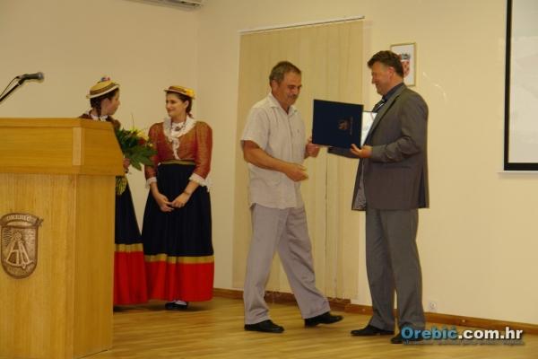 Načelnik Općine Orebić dodjeljuje plaketu Gorkom Bilušici