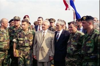 Dr. Franjo Tuđman s ministrom Šuškom i zapovjednicima nakon akcije Oluja