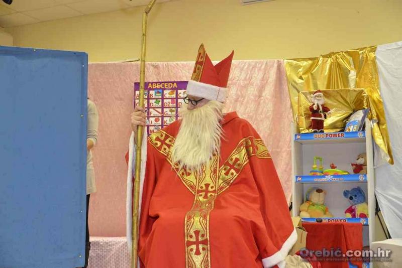 Sv. Nikola na prošlogodišnjem darivanju orebićkih mališana