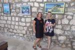 Anamarija Kahrić s predsjednicom orebićkog ogranka Matice hrvatske u prostoru izložbe