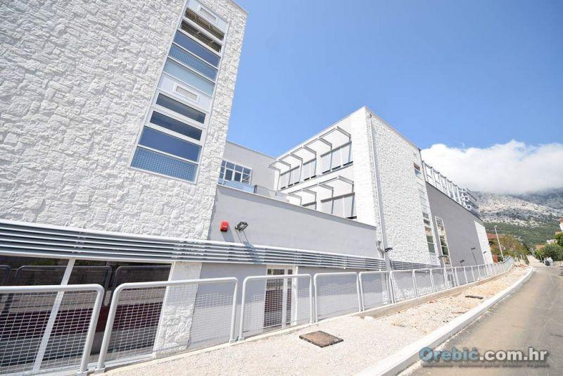 Istočno pročelje nove zgrade OŠ Orebić - prije uređenja okoliša