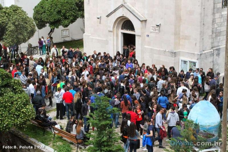 Mladi gosti nakon mise pred župnom crkvom u Orebiću