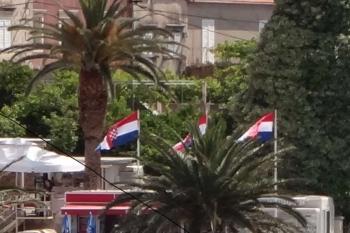 Hrvatski barjaci u portu u Orebiću