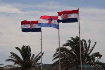 Barjaci Republike Hrvatske na stjegovima na rivi u Orebiću