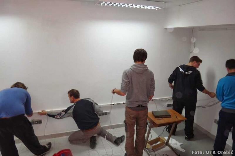 Volonteri postavljaju računalnu mrežu u privremenu informatičku učionicu - E-dnevnik funkcionira i u privremenom prostoru