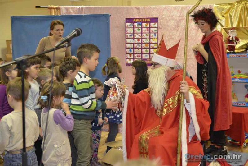 U Noći Svetog Nikole - predstava za djecu i posjet sv. Nikole - FOTO