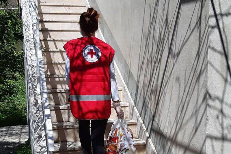 Aktivistica Crvenog križa na dostavi