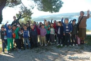 Veseli mališani ispred samostana u Podgorju