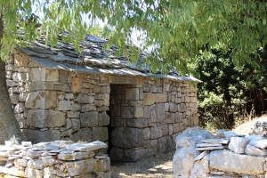 Jedna od kuća građena lokalno pronađenim vapnencem