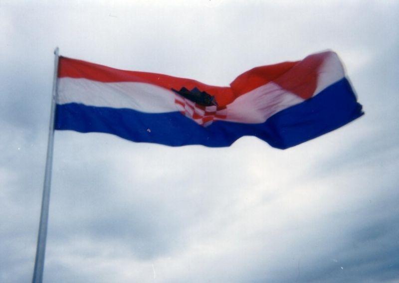 Hrvatski barjak na kninskoj tvrđavi. Zastavu je nakon oslobođenja Knina postavio Ivan Korade, a sutradan i prvi hrvatski predsjednik Dr. Franjo Tuđman.