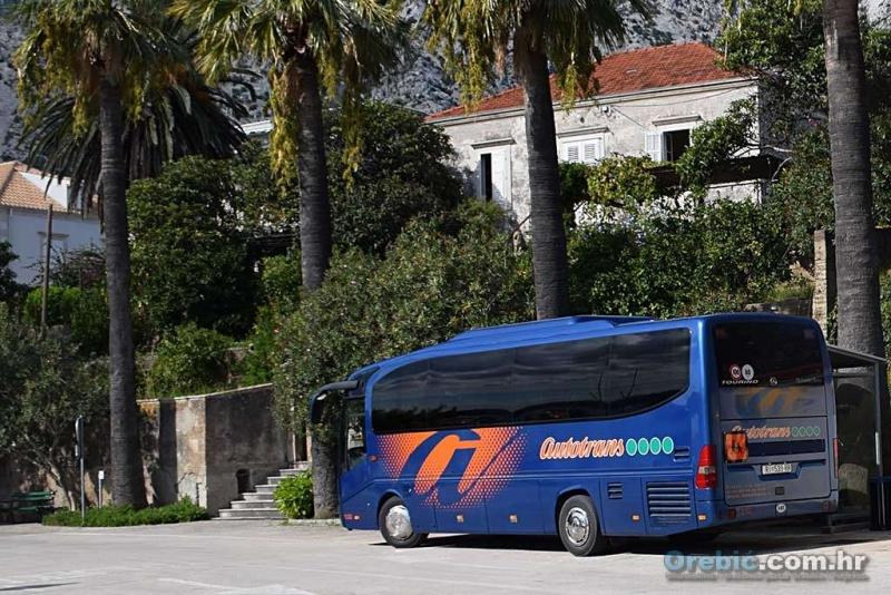 Ilustracija - školski autobus na orebićkoj rivi