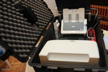 Ilustracija: prijenosni šalter MUP-a u koferu