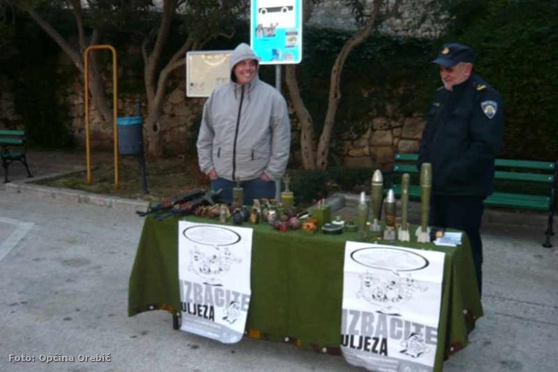 Dragovoljna predaja oružja - akcija provedena i na orebićkoj rivi