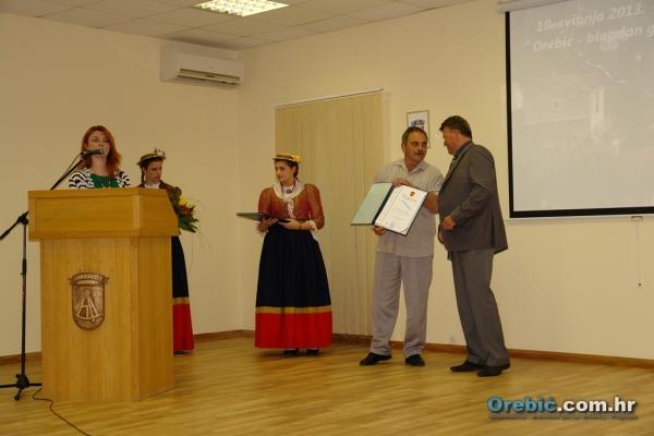 Voditelj aktiva Gorki Bilušica prima priznanje aktivu  za doprinos ugledu i promicanju Općine Orebić u zemlji i svijetu