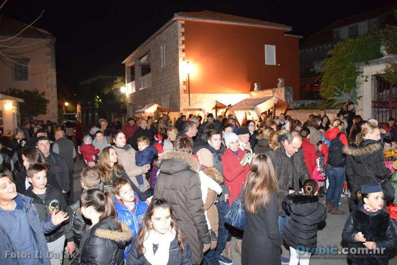 Veseli Orebićani i njihovi gosti na Trgu Mimbelli