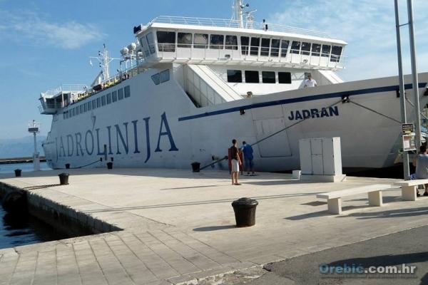 Trajekt Jadran privezan u Trpnju čeka na ukrcaj