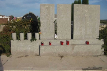 Spomen ploča s imenima žrtava pokolja u Škabrnji - ukupno je stradalo 86 branitelja i civila, te 6 civila od mina u poslijeratnom razdoblju