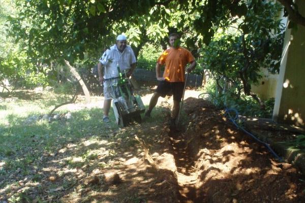 Djelatnici Škole i KTD Bilan kopaju kanal za postavljanje kabela