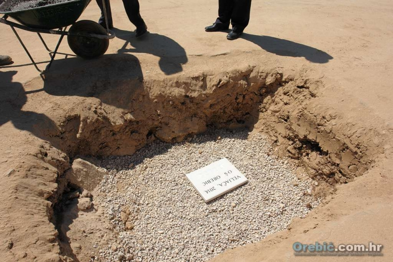 Simbolični kamen temeljac na koji se u Orebiću jako dugo čekalo