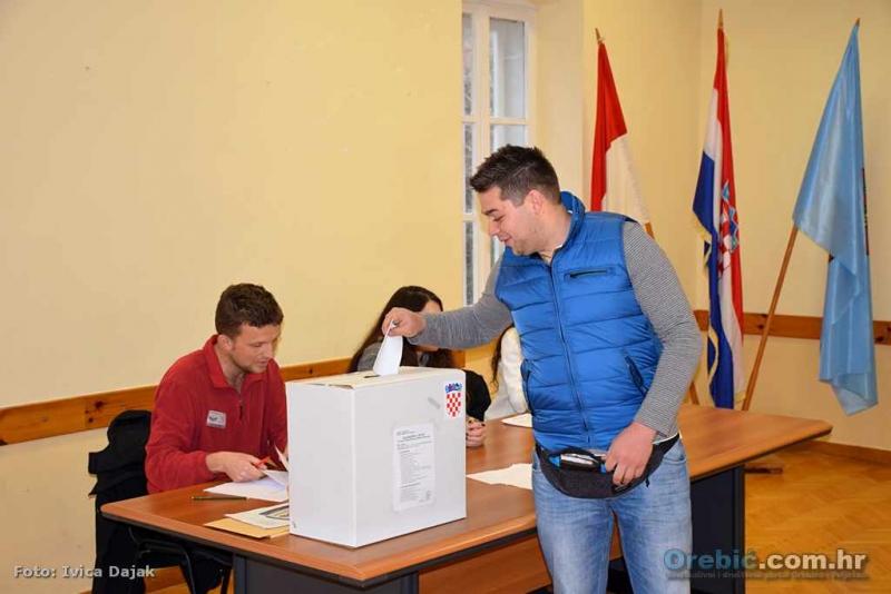 Birači odbor u zgradi Općine - vedri i optimistični