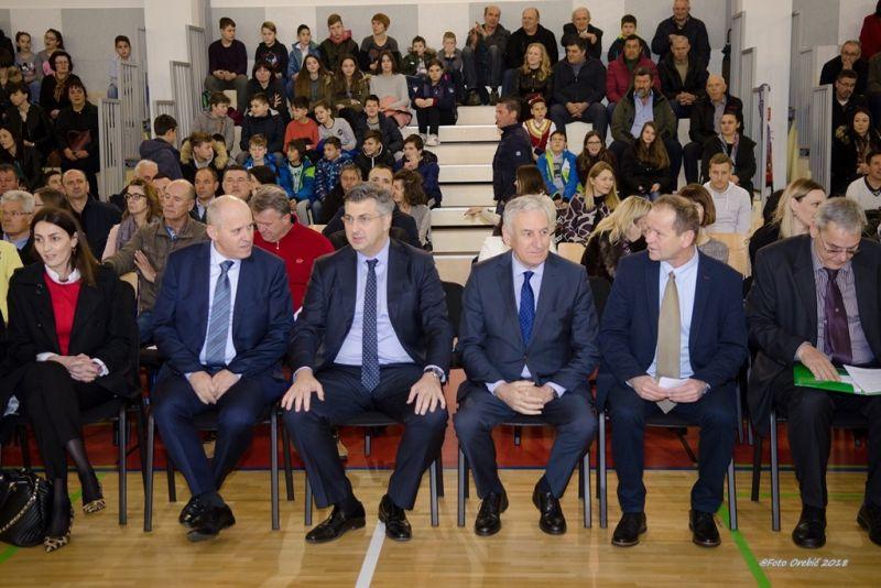 Okupljeni posjetitelji u školskoj sportskoj dvorani