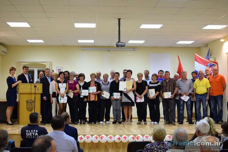 Nazočni davatelji s predstavnicima Crvenog križa i lokalnim dužnosnicima