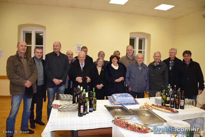 Dio osnivača TO HDZ-a Pelješka rivijera uz rođendansku tortu