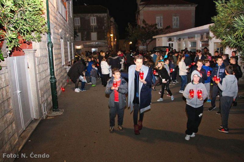 Orebićki osnovci s nastavnicima pale svijeće u spomen žrtvama Vukovara