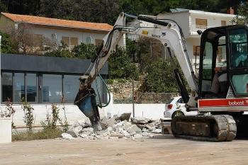Rušenje bespravne gradnje u Perni